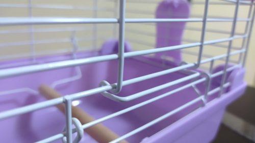 扉のワイヤーの突起を下のワイヤーに引っかけて固定する